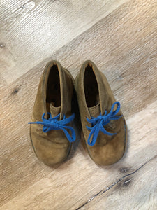 Kingspier Vintage - Clarks Originals tan suede two eyelet desert boots with crepe sole.  Size 8 Toddlers  Shoes are in excellent condition.