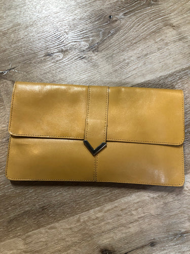 Kingspier Vintage - Tan leather clutch with brass hardware and snap closure.
