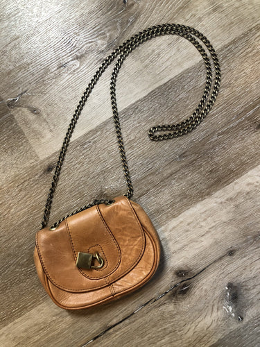 Kingspier Vintage - Banana Republic small light brown crossbody bag, lock detail, front flap with snap closure and adjustable chain strap.