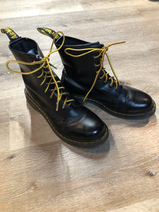 Kingspier Vintage - Doc Martens 1460 Original 8 eyelet boot in black with smooth leather upper and iconic airwair sole.   Size 9M  *Boots are in good condition, with some wear.
