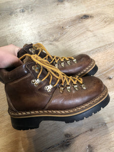 Kingspier Vintage - Vintage hiking boots in smooth brown leather with padded ankle and round toe. Made in Italy.  Size 6 womens  The uppers and soles are in excellent condition with some scuff marks in leather.