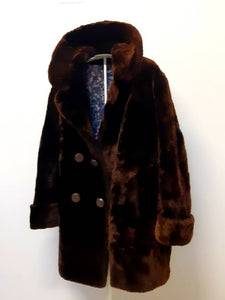 Kingspier Vintage - This phenomenal piece combines the elegance of a fur with the comfort and warmth of luxurious shorn beaver fur. There are two slash pockets, ribbon belt tie inside, and 1 hook clasp in excellent condition