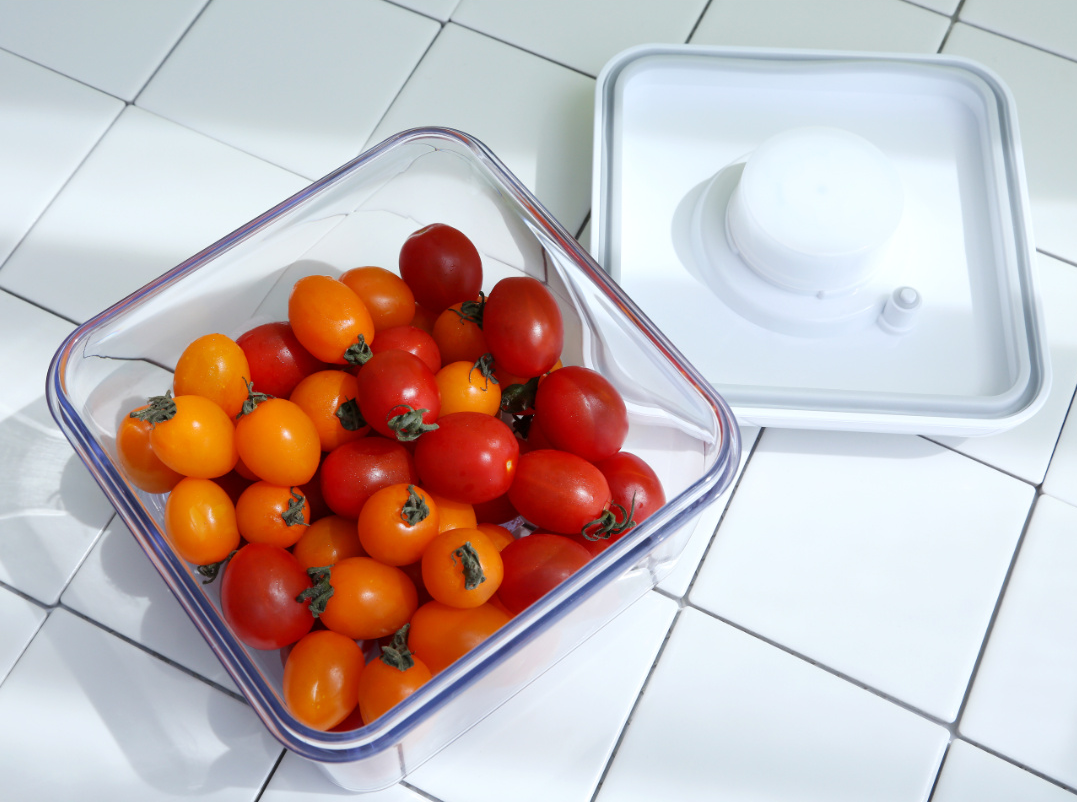 Vakuen Vacuum Containers with tomatoes