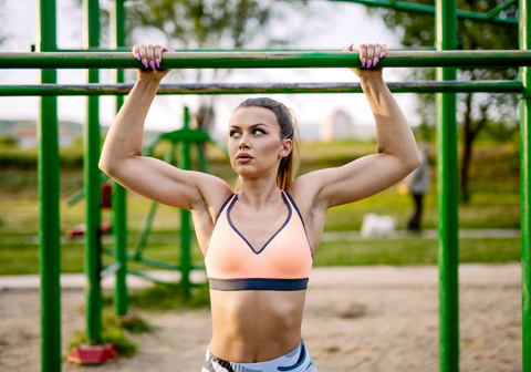 lady with a nice toned, v-shaped body as a result from doing pullups
