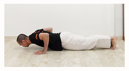 umove teacher demonstrating correctly the bottom of the push up position