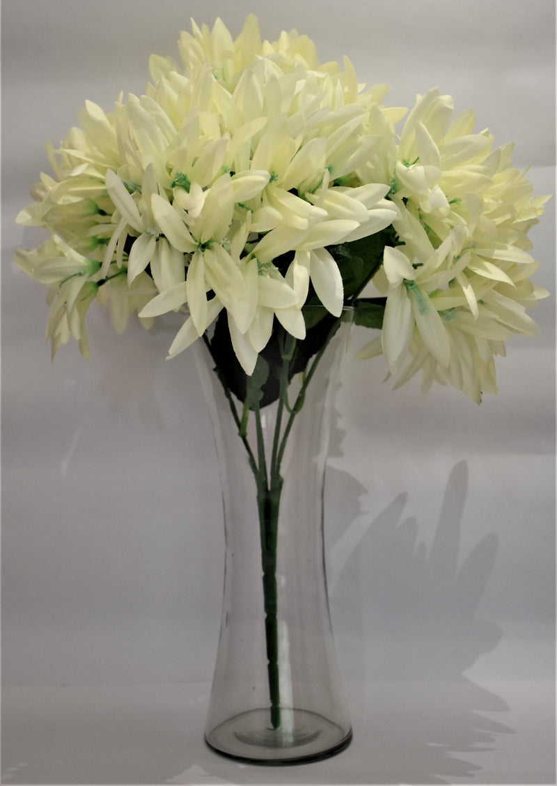 Pleasing fowers with glass vase