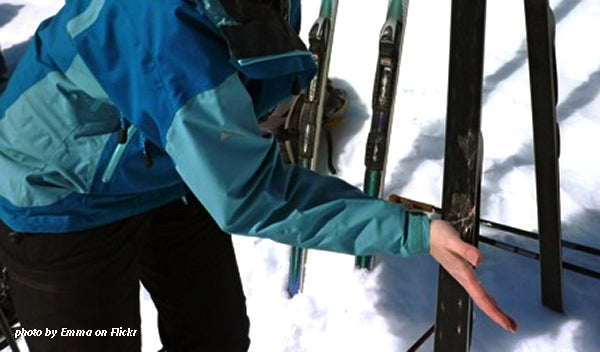 applying cold klister to ski