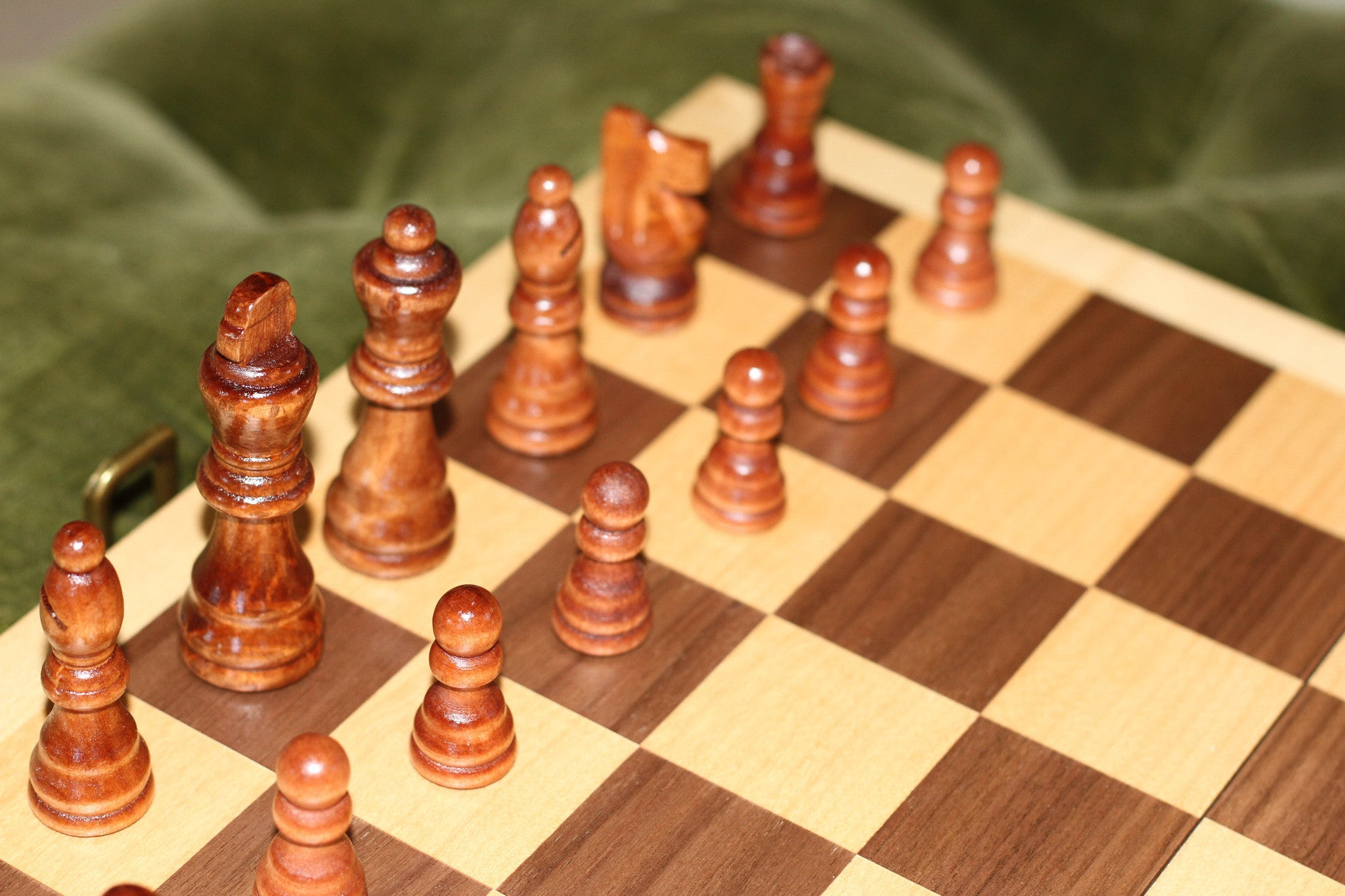 Chess Set - Inlaid wood cabinet with hand crafted Staunton pieces