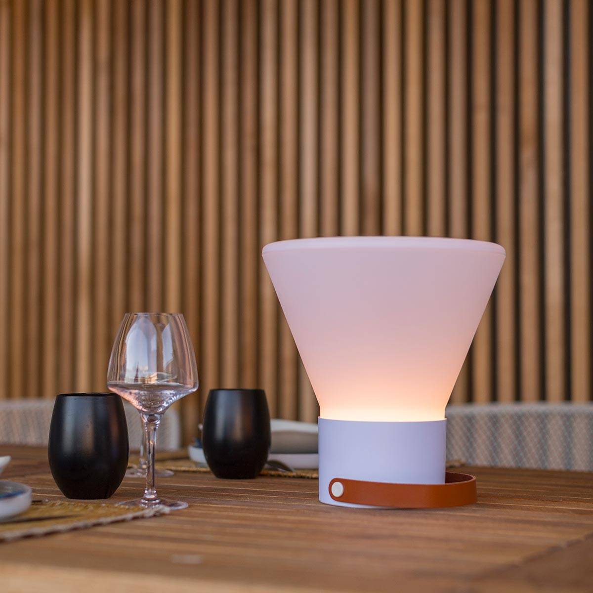 Lampe sans fil design poignée cuir LED blanc/multicolore dimmable JOE CONIC H33cm avec socle à induction - REDDECO.com