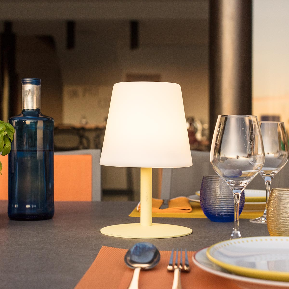 Lampe de table sans fil pied en acier jaune LED blanc chaud/blanc dimmable STANDY MINI Lemon H25cm - REDDECO.com