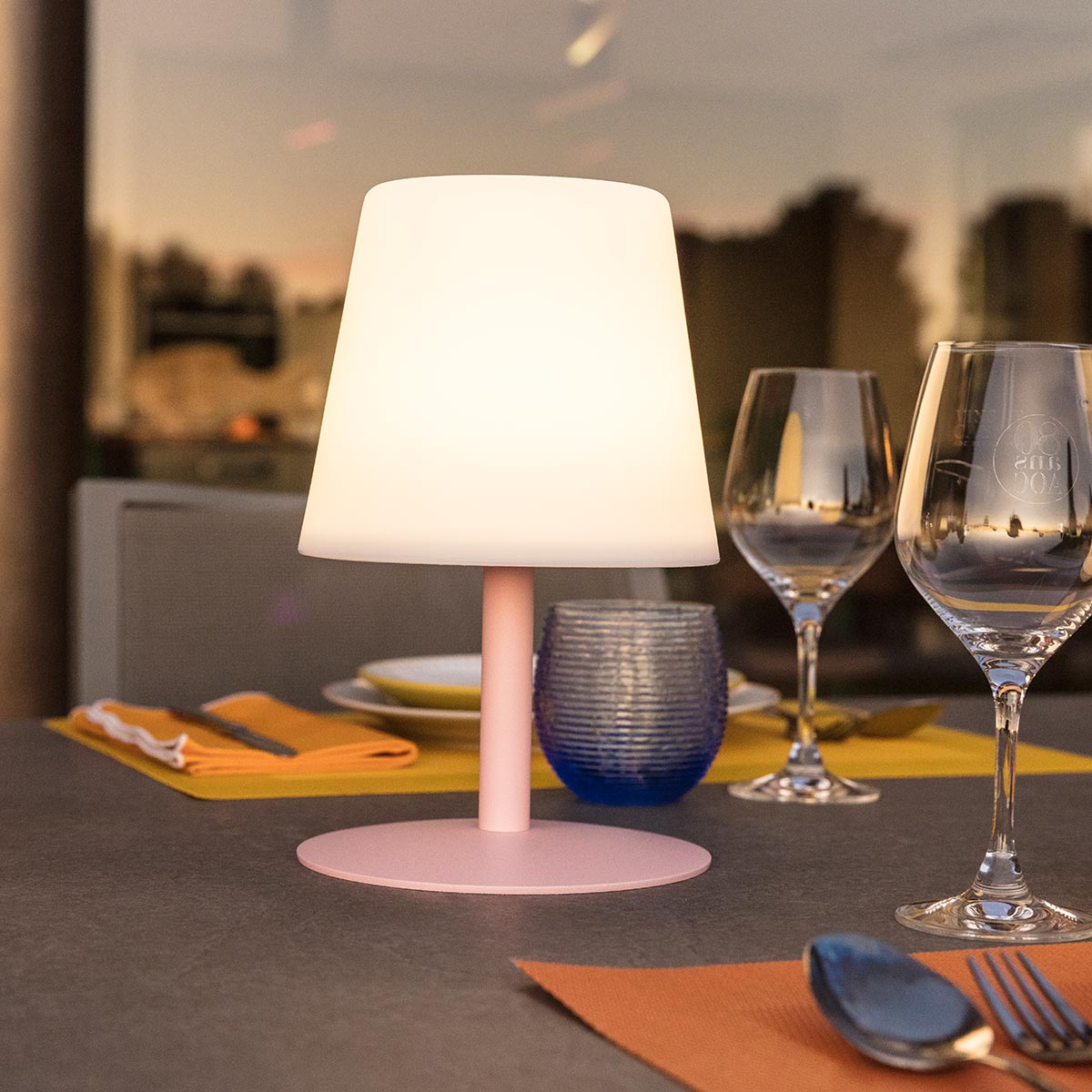 Lampe de table sans fil pied en acier rose LED blanc chaud/blanc dimmable STANDY MINI Candy H25cm - REDDECO.com