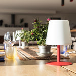 Charger l'image dans la galerie, Lampe de table sans fil pied en acier rouge LED blanc chaud/blanc dimmable STANDY MINI Love H25cm - REDDECO.com