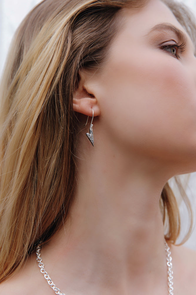 Load image into Gallery viewer, Silver Hammered Heart Earrings