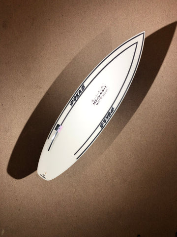 "Pukas Surfboard - INNCA Tech - DARK by Axel Lorentz- 5'10"" 1/2 x 18,75 x 2,24 x 26,44L"