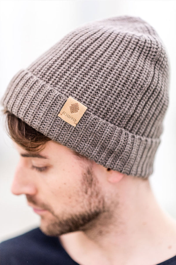Warm organic merino knitted hat with pearl catch