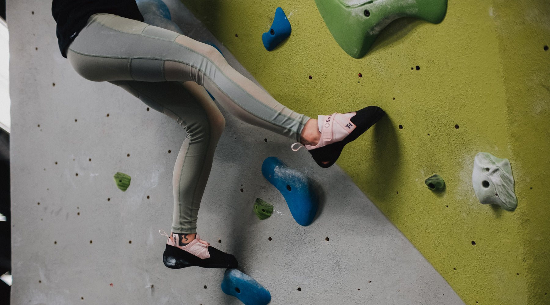 bouldering in So iLL ladies green mesh leggings while wearing pink free range lv so ill climbing shoes
