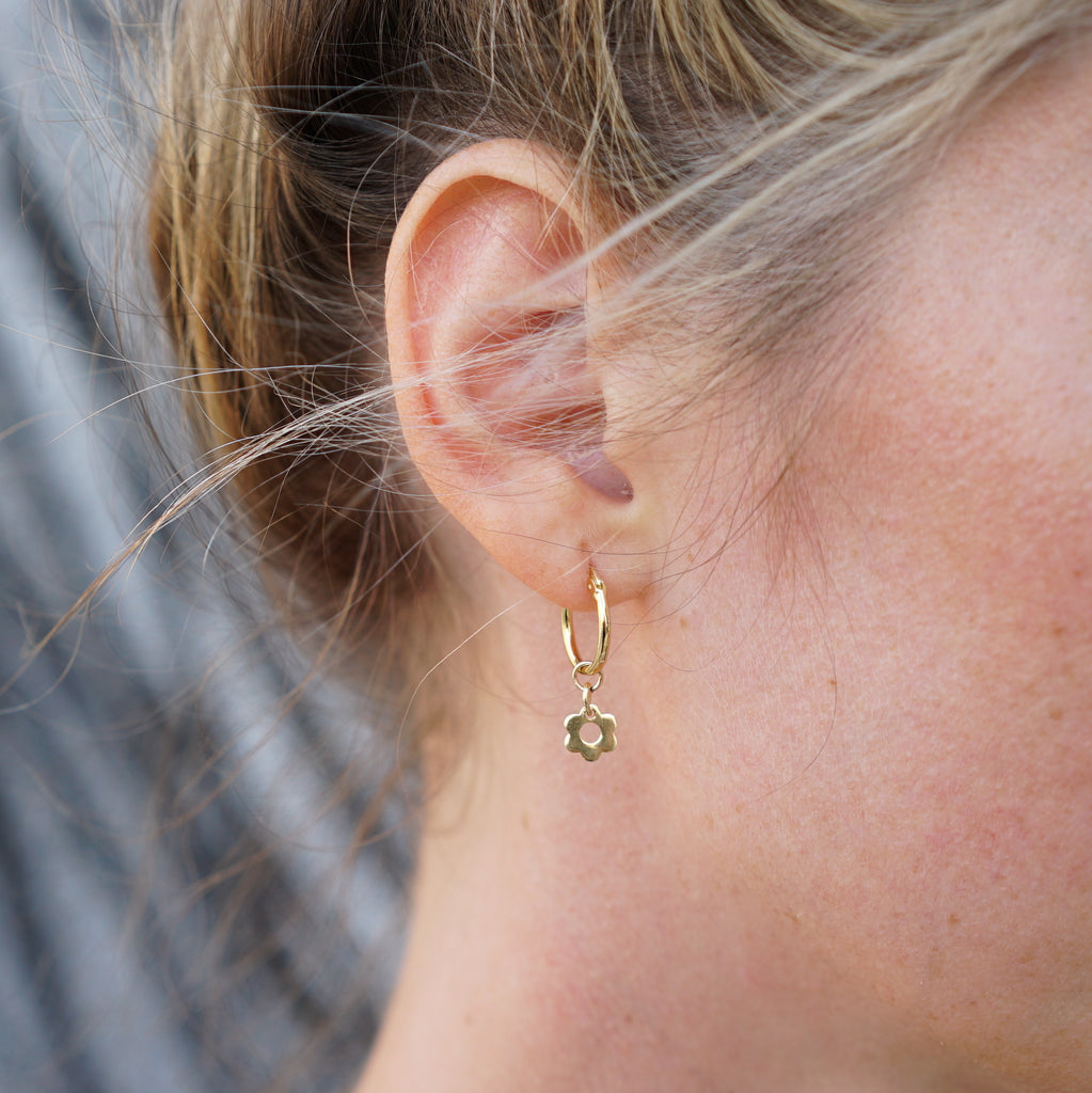 KAIA HOOP EARRINGS GOLD FLOWER - eff.Y.bee