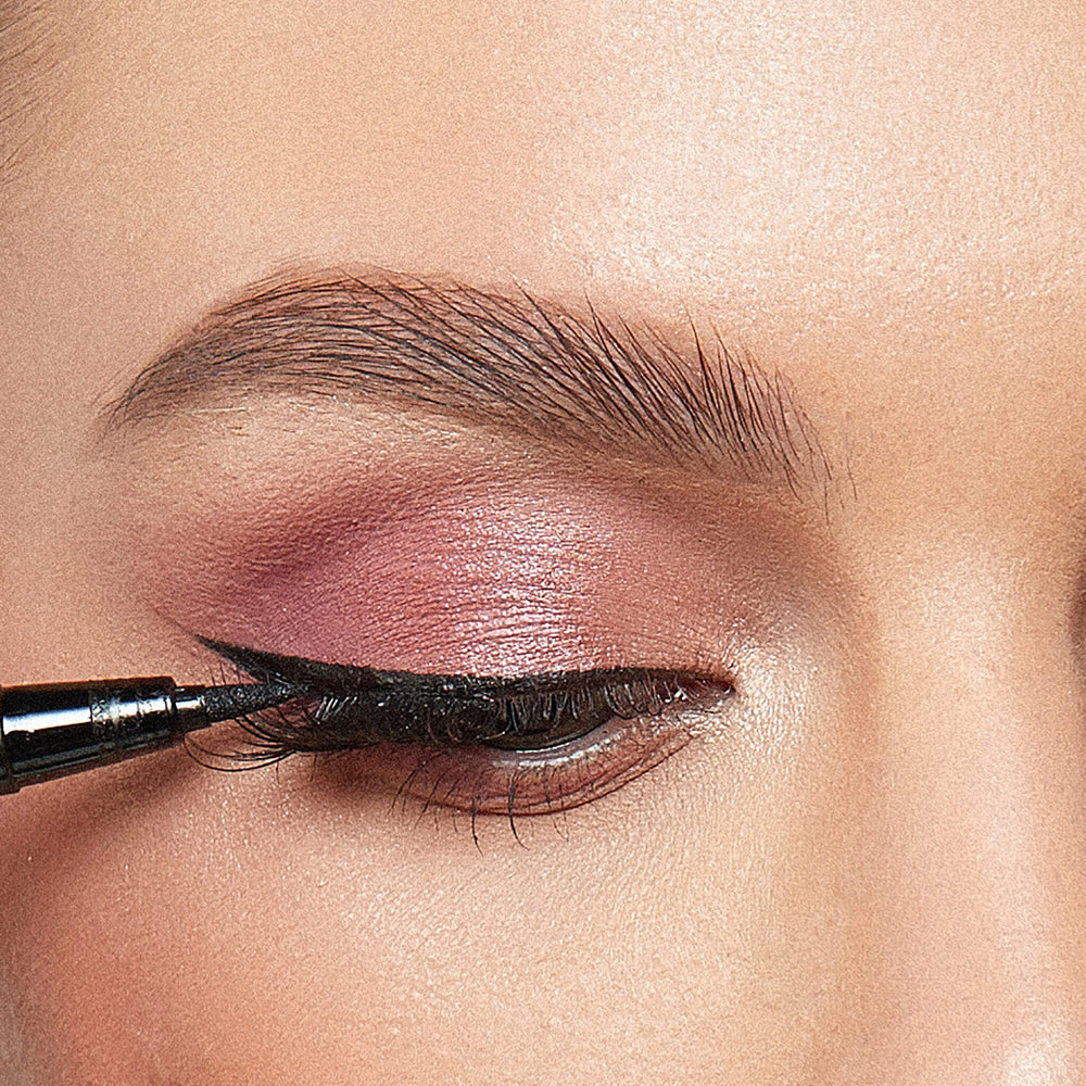 ColorsCalendar-Golden Carving Eyeliner-Black-Eye Detail