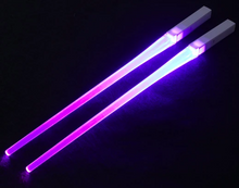 Laden Sie das Bild in den Galerie-Viewer, Glowing lightsaber chopsticks are the only correct way to eat sushi in Star Wars geeks Send a set of batteries