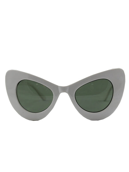 Exaggerated Cat Eye Sunglasses With White Frame and Black Lenses