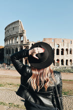 Load image into Gallery viewer, lady Colosseum Virtual Tour