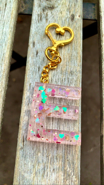 "Peach Holographic ""E"" initial keychain - Pressbe Workshop"