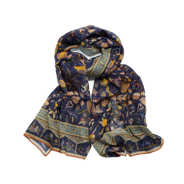 One could call this kind of printed scarf a Drake´s classic. A lot of happening on the print, but it's not too loud thanks to darkish and earthy colors. Very versatile. 78% Cotton 20% Modal 2% Cashmere Made in Italy 70cm x 180cm