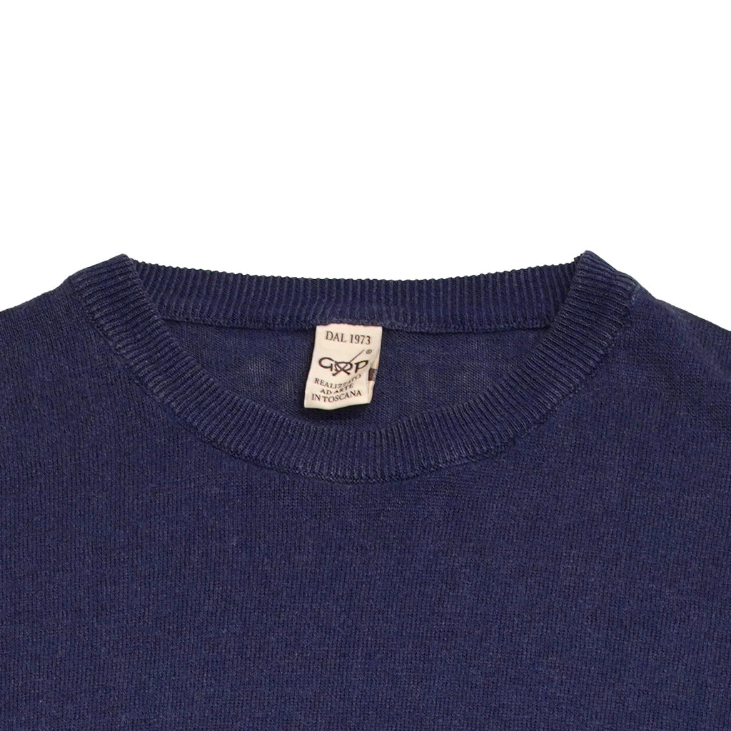 Crew neck 100% linen knit from G.R.P. Firenze.Linen is maybe the most enjoyable material for summer knitwear. As a knitted quality it does not wrinkle like normal weaved linen fabrics. It has this luxurious a bit heavy feel but it is not warm by any means. 100% comfort.  100% Linen Long sleeves Art. SF PL 10 Col. INCHIOSTRO / Ink Blue