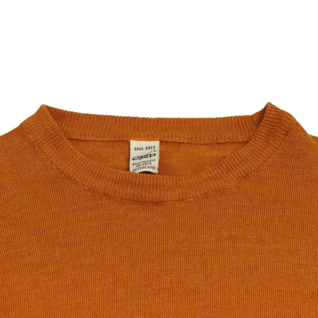 Crew neck 100% linen knit from G.R.P. Firenze. Linen is maybe the most enjoyable material for summer knitwear. As a knitted quality it does not wrinkle like normal weaved linen fabrics. It has this luxurious a bit heavy feel but it is not warm by any means. 100% comfort.  100% Linen Long sleeves Art. SF PL 10 Col. ARANCIO / Orange