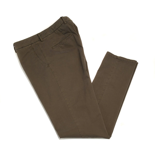 This kind of cotton trouser are one of the corner stones of every man's casual wardrobe, the slim fit chino. These are made in a slim cut and garment dyed and washed which give the trousers a beautiful and unique colour. These are the trousers that go with everything from t-shirts to jackets or even with both. 98% Cotton 2% Elastan Color: Earthy mid brown Button closure with zippered fly Slanted front pockets and two back pockets Model: SC Reg Article: ts0001x Made in Martina Franca, Italy