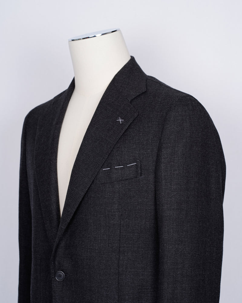 Fits true to the size. If in doubt of your size, please contact us here Fully lined Unconstructed shoulder 2 roll 3 Buttons Side vents Notch lapel Patch pockets Composition: 100% wool Color: Dark Grey Linea: Napoli Modello: Posilipo2 Article: TW19051U Colore: 159 Made in Naples, Italy This De Petrillo jacket has a beautiful hopsack structure and it can be combined in various outfits. And gray as a color for a jacket is far from boring.