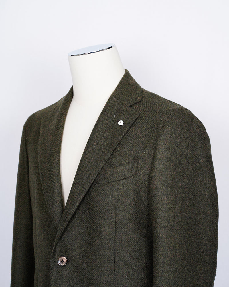 Regular fit Fits true to the size. If in doubt of your size, please contact us HERE Unlined Unconstructed shoulder 2 Buttons Side vents Notch lapel Patch pockets Composition: 100% wool Color: Green Modello: 2898 Article: 02056/4 Made in Italy Green L.B.M. 1911 tweed jacket. Unconstructed shoulder and unlined structure combined with the heavy tweed gives this jacket a beautiful heavy yet comfortable feel. Absolutely gorgeous piece of garment for the autumn feeling.