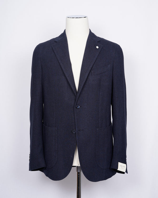 Regular fit Fits true to the size. If in doubt of your size, please contact us HERE Unlined Unconstructed shoulder 2 Buttons Side vents Notch lapel Patch pockets Composition: 100% cotton Color: Blue. Modello: 2815 Article: 05142/5 Made in Italy L.B.M. 1911 brushed cotton jacket in blue herringbone. Extremely versatile jacket for soft tailored look. Unconstructed shoulder and unlined structure combined with the soft brushed cotton are guaranteed to make you smile once you try it on.