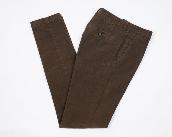 Berwich trousers crafted in a beautiful stretch corduroy fabric.Washed to give them that perfect casual vintage look and feel. Slim fit Fits true to the size. If in doubt of your size, please contact us HERE 98% Cotton 2% Elastan Color: Cstagno Button closure with zippered fly Changeable button in front Slanted front pockets and two back pockets Model: Morello  Article: dv0005x Made in Martina Franca, Italy