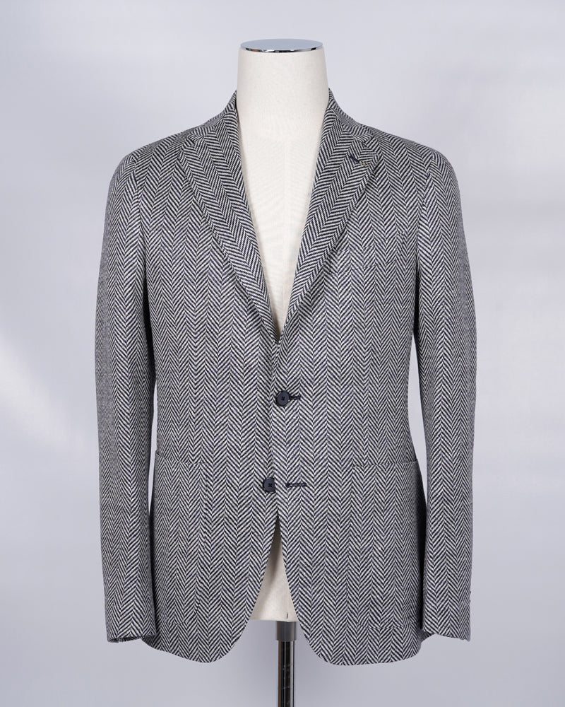 Tagliatore 100% linen blazer. Model Montecarlo, which is familiar to most of our regular customers. Slim fit with light unconstructed make. Comfortable to wear and easy to combine with almost anything. Composition: 100% Linen Modello: 1SMJ22K Article: 57ZEJ171  Colore:   B3096 / Blue Herringbone Slim fit Go for your normal size Unlined Unconstructed shoulder 2 Buttons Side vents Patch pockets Made in Italy
