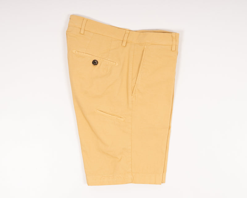 Basic bermudas to keep you cool when it is hot. Practical pocket for mobile phone on right side. Made in a slim cut and garment dyed to give the trousers a beautiful and unique color.  Slim fit Fits true to the size. If in doubt of your size, please contact us HERE 98% Cotton 2% Elastan Color: Giallozaba Zip fly Slanted front pockets and two back pockets Pocket for mobile phone on right side Model: ber_muda Article: ts0001x Made in Martina Franca, Italy