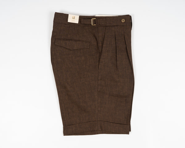 Briglia Bermudas crafted in beautiful brown linen. Essentials for elegant summer life.  2 pleats and side adjusters for style and comfortability. Extended waistband and hidden buttoning for clean and nice look in front.   Compositon: 100% linen 2 pleats make the upper part nice and comfortably roomy. Fits true to the size. If in doubt of your size, please contact us HERE Slanted side pockets 2 back pockets with flaps  cuffed hem (3 cm) Model: Amalfi Art: 321118 Col: 46 / Dark Brown Made in Naples, Italy