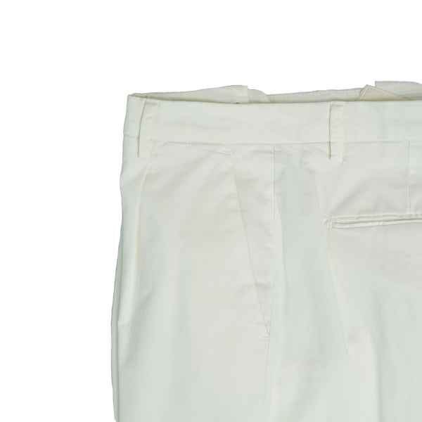 Briglia 1949 ETHICAL Cotton Chinos / White  Compositon: 98% recycled cotton / 2% elastane Slim fit on the legs. 1 pleat makes the upper part nice and comfortably roomy. Fits true to the size. If in doubt of your size, please contact us HERE 1 pleats Slanted side pockets 2 back pockets + additional small backpocket on left side  cuffed hem (3,5 cm) Model: BG07E Art: 32057 Col: 120 / White Made in Naples, Italy