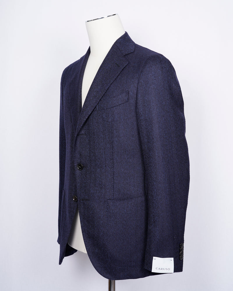 caruso full canvas Fully lined Unconstructed shoulder 3 roll 2 buttoning Side vents Notch lapel Patch pockets Composition: 100% wool Color: Blue melangé Modello: Aida / ASM2JM304F Article: 500382 Colore: 0150 Made in Italy