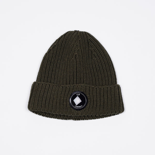Merino wool beanie with a chunky, ribbed construction, featuring our signature Lens detail embedded at the front of its turn-up brim.  Lens detail Chunky knit Turn-up brim Breathable Lightweight Art. 09CMAC237A005509A678  Color: 678 / Rosin 100% wool One Size