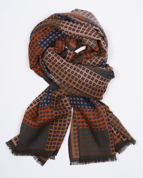 Drake´s patchwork design in a soft wool quality. Simply lovely earthy tones. 100% Wool Made in Italy 65cm x 190cm Drake´s Patchwork Print Wool Scarf / Brown and Navy