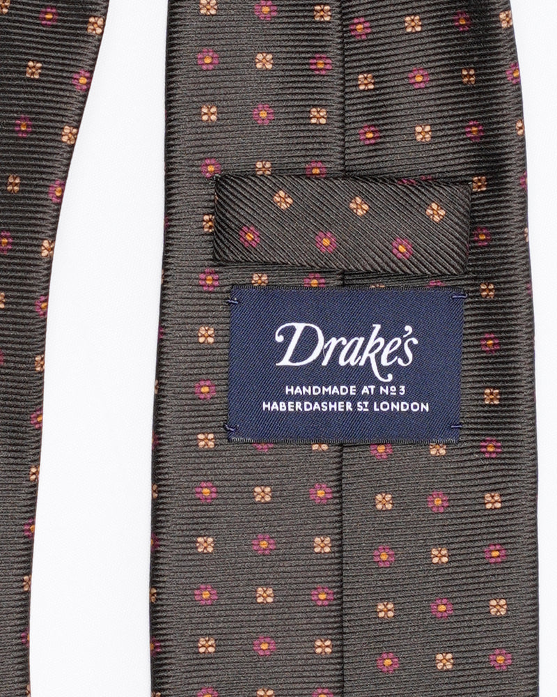 Drake´s Mini Medallion Print Saglia Silk Twill Tie / Green A classic Drake´s motif appearing for the first time on a fine saglia silk twill. Handmade at No. 3 Haberdasher Street, London. 100% Silk. 100% Silk 8cm x 147cm Handmade in London, England