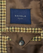 Lovely tweed jacket by Gaiola Napoli. Soft shoulders and comfortable fit like only Naepolitans can do. Here you have the best of both worlds - sharp look and super comfortable fit.  Fully lined Unconstructed shoulder 3 roll 2  Buttoning Side vents Notch lapel Patch pockets Composition: 100% wool Lining: 100% CU Color: Beige / Brown / Green Linea: Gaiola Modello: GJ02 Article: TW21255F/422 Colore: 422 Made in Naples, Italy