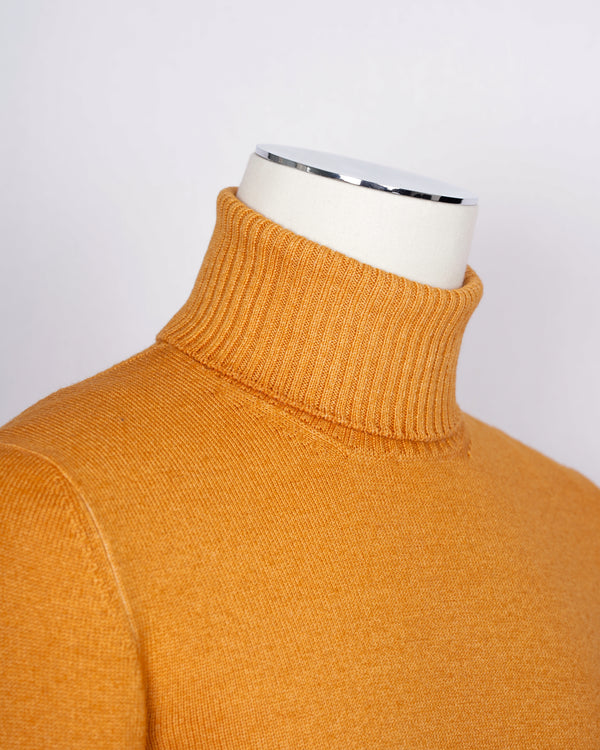 Gran Sasso Vintage Merino wool knit. This knit has been garment dyed to achieve nice vintage look. This means it has more vivid compared to yarn dyed knitwear.   Vintage Merino is a core quality in our Gran Sasso collection. We offer a lighter quality for spring/summer and heavier for autumn/winter season.   Roll Neck 100% merino wool Vintage washed (garment dyed) Ribbed hem and cuffs Fashion fit Article: 23197/31712 Colore: 331 / Orange Made in Italy