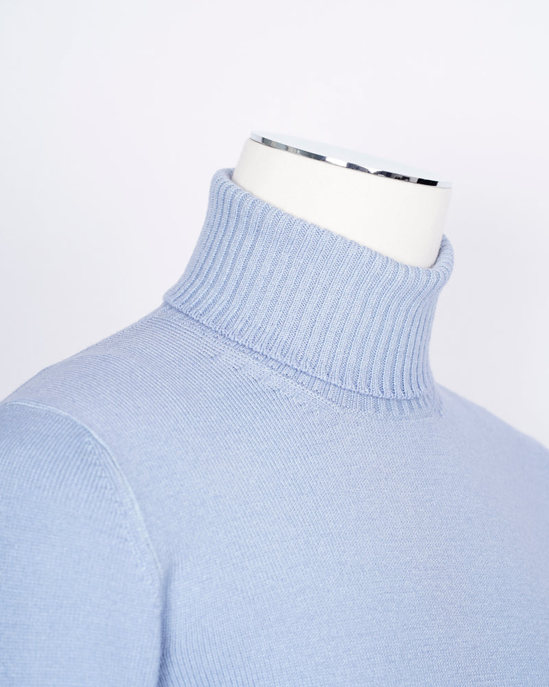 Gran Sasso Vintage Merino wool knit. This knit has been garment dyed to achieve nice vintage look. This means it has more vivid compared to yarn dyed knitwear.   Vintage Merino is a core quality in our Gran Sasso collection. We offer a lighter quality for spring/summer and heavier for autumn/winter season.   Roll Neck 100% merino wool Vintage washed (garment dyed) Ribbed hem and cuffs Fashion fit Article: 23197/31712 Colore: 564 / Light Blue Made in Italy