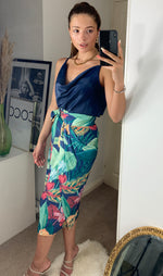 Carica l'immagine nel visualizzatore di Gallery, Adjustable Summer Wrap Over Midi Skirt In Tropical Navy Floral