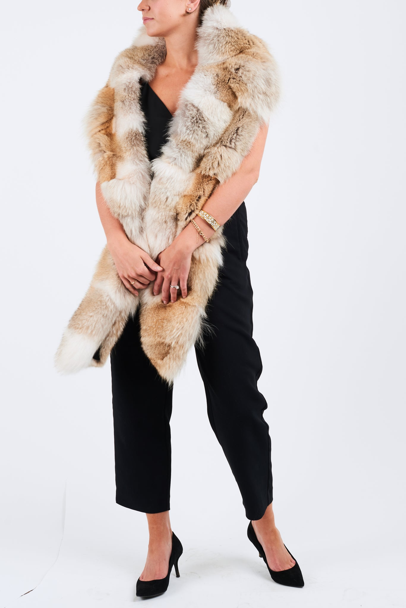Upcycled coyote fur scarf with a polyester decorative lining. Integrated end pockets and stitched by hand. Tailor made for you and hand made in Montreal. Scarf comes in long and short.
