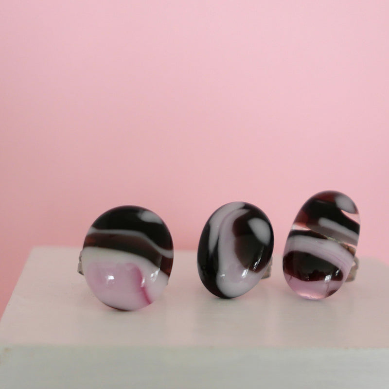 Accessorise your wardrobe with a pink and dark purple oval rings with adjustable band
