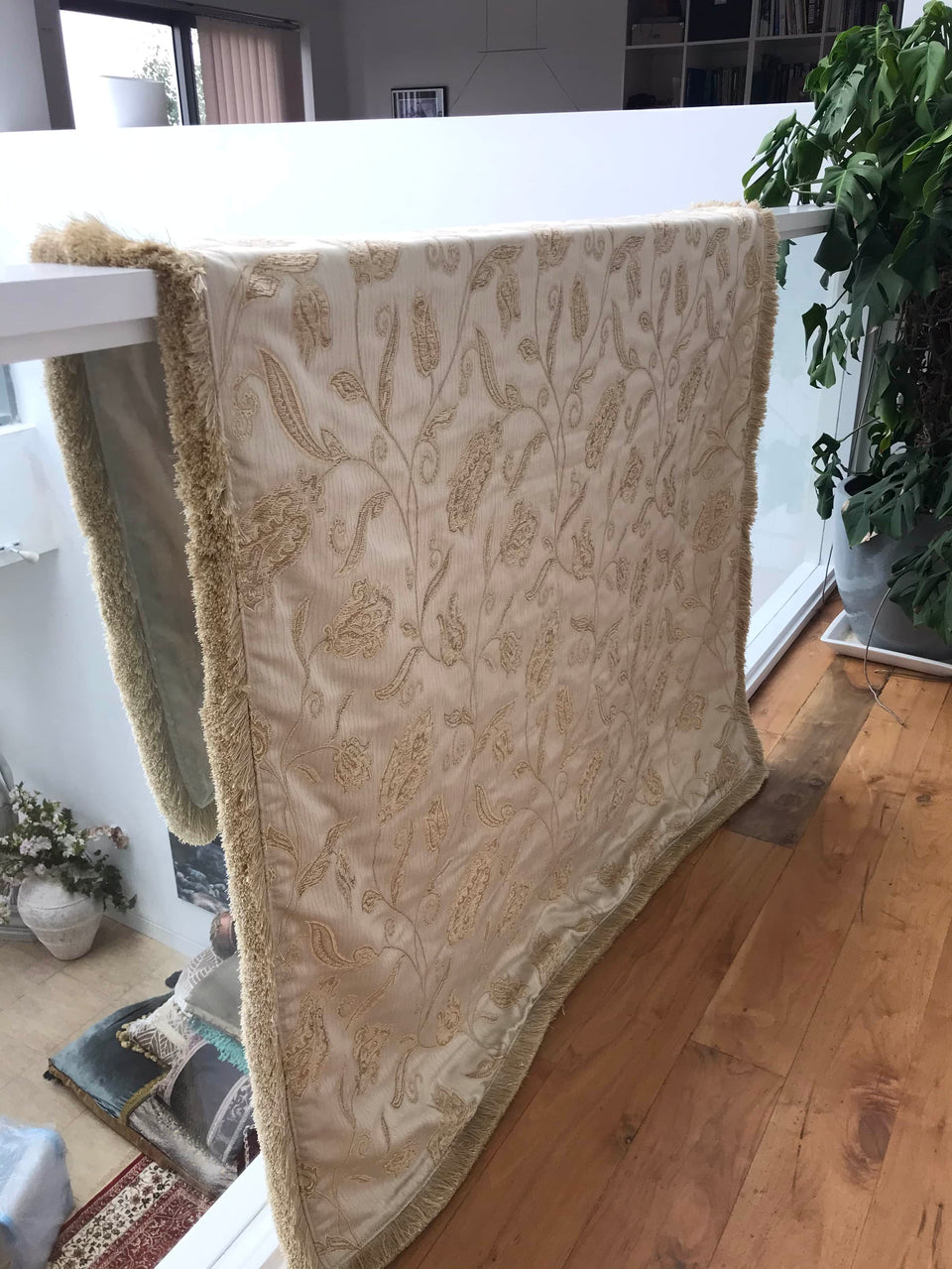 Cream & Gold Throw with a dense tasselled fringe