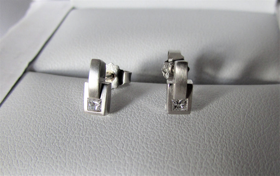 J6239 - 14 Karat White Gold Stud Earrings